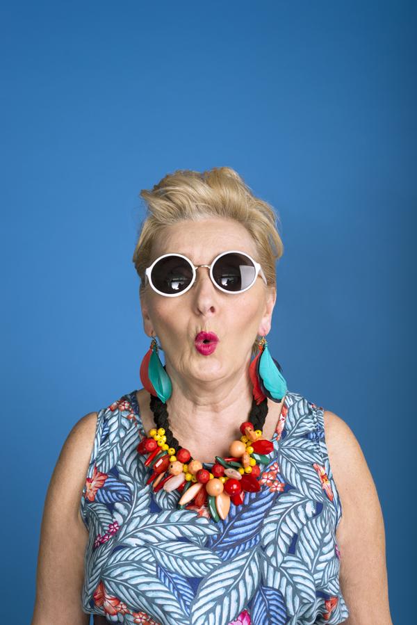 Oudere dame in kleurrijke en excentrieke kledij