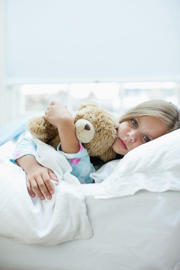 Klein meisje ziek in bed