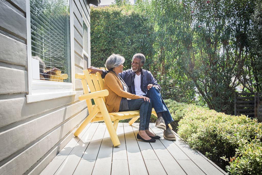 Een koppel mensen op leeftijd, die op een bank zitten