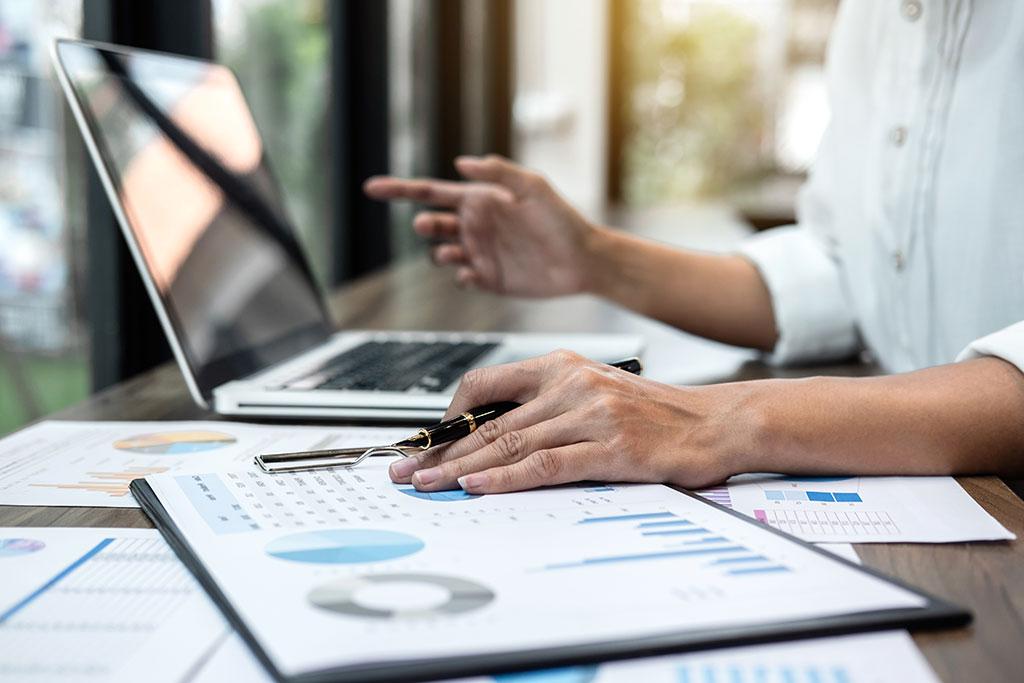 Een vrouw voert een interne audit in een bedrijf uit
