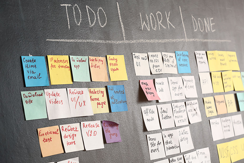 Scrum taakbord op een donkere muur in een kantoor